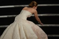 Não acho que o tombo de Jennifer Lawrence foi o maior mico da noite, a moça levantou com estilo e até fez uma piadinha sobre o ocorrido em seus discurso. Ela pode, ela foi considerada a melhor atriz pela academia.
