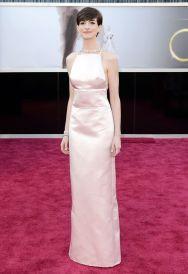 Vou começar dando a cara pra bater. Apesar da polêmica envolvendo o vestido Prada de Anne Hathaway, eu amei! Simples, discreto, maquiagem perfeita, achei o conjunto lindo!!