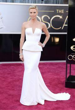 Não sou minimalista, não curto branco, mas tive que me dobrar ao Dior de Charlize Theron. Deslumbrante!!