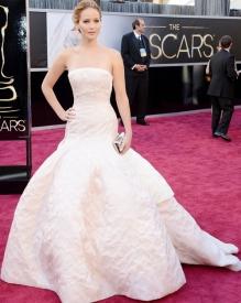 Jennifer Lawrence estava deslumbrante nesse tomara que caia da Dior.